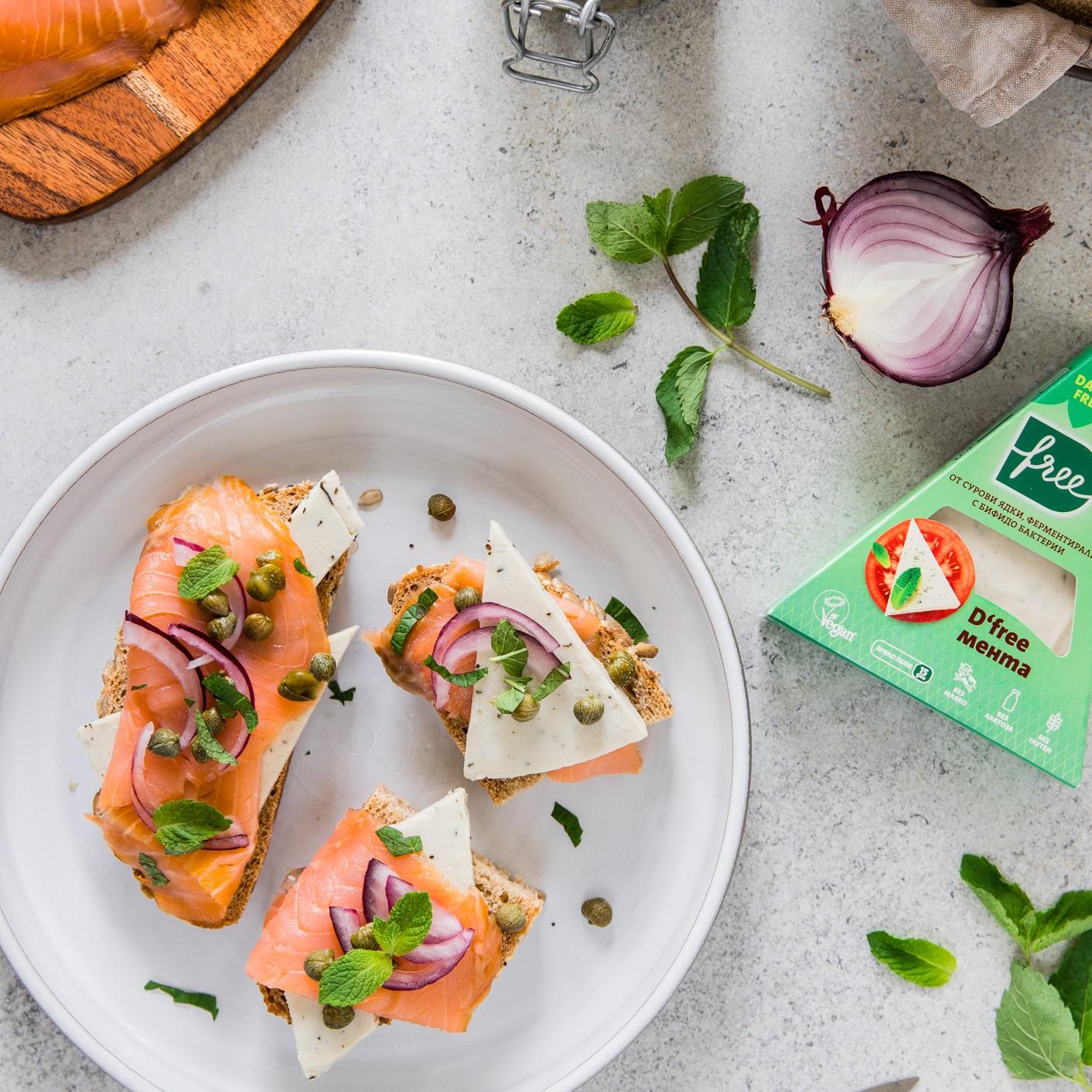 Отворен сандвич със сьомга, D'free Мента и каперси